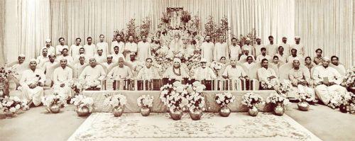 Congrès d'Ayurveda Maharishi : le docteur Triguna est au centre, devant Maharishi Mahesh Yogi.