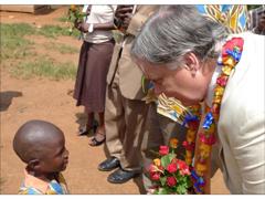 Bevan Morris dialogue avec un petit orphelin du SIDA. Tous les pensionnaires de l'orphelinat pratiquent la MT.