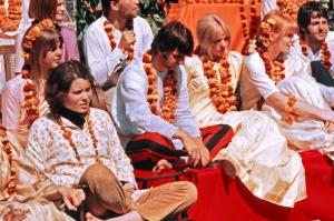 Prudence Farrow (premier rang à gauche) avec Ringo Starr en Inde, mars 1968. Credit:  Colin Harrison/Avico